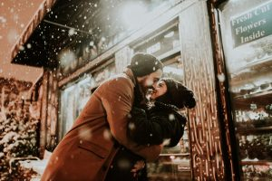 man-dipping-and-kissing-girl-in-the-snow